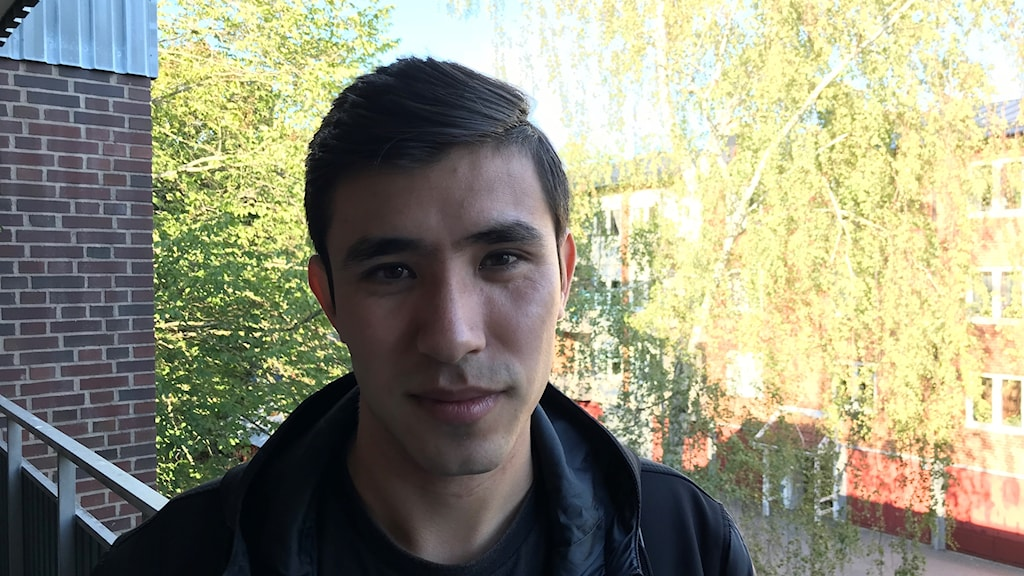 Rahmad Abuzar står på en loftång i Annebo.