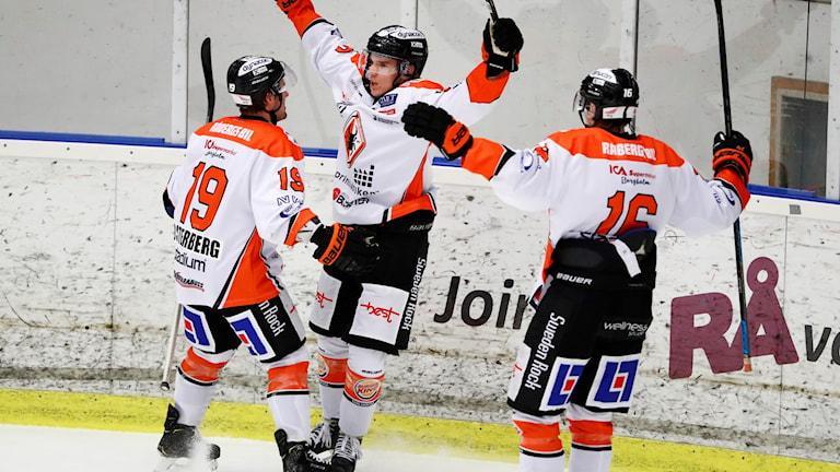 Karlskronaspelare firar ett mål.