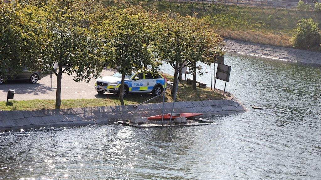 En polisbil vid kajen på ekholmen i karlskrona