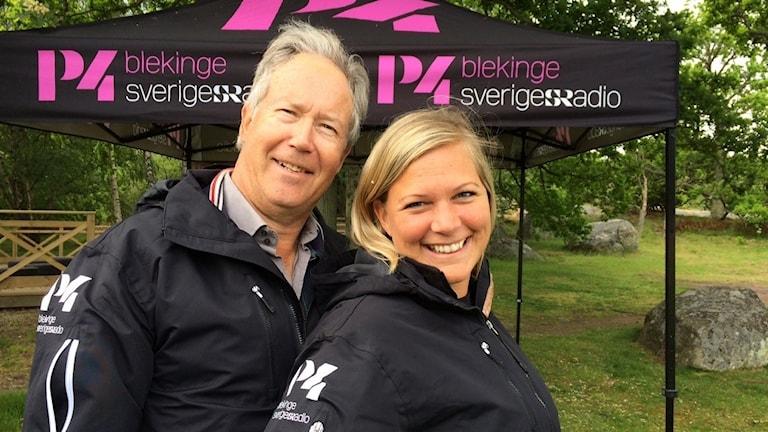 Rebecka Gyllin och Mats Andersson framför ett tält.