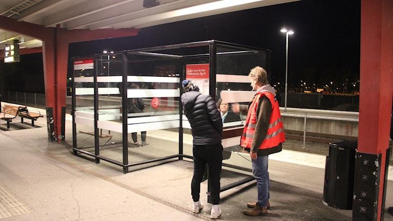 Bengt Karlsson och Rasmus Persson inspekterar ett vindskydd.