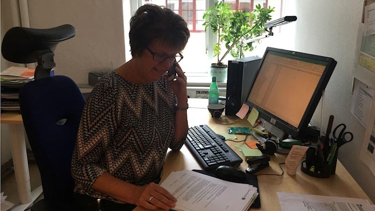 Lise-Lotte Faming ringer runt för att hitta vem som äger pengarna som kommit till kommunen.