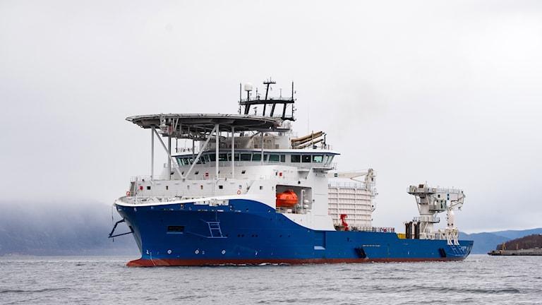 Ett kabelläggningsfartyg på havet.