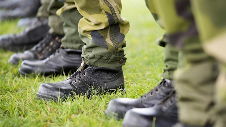 Fötter iklädda militärkängor.