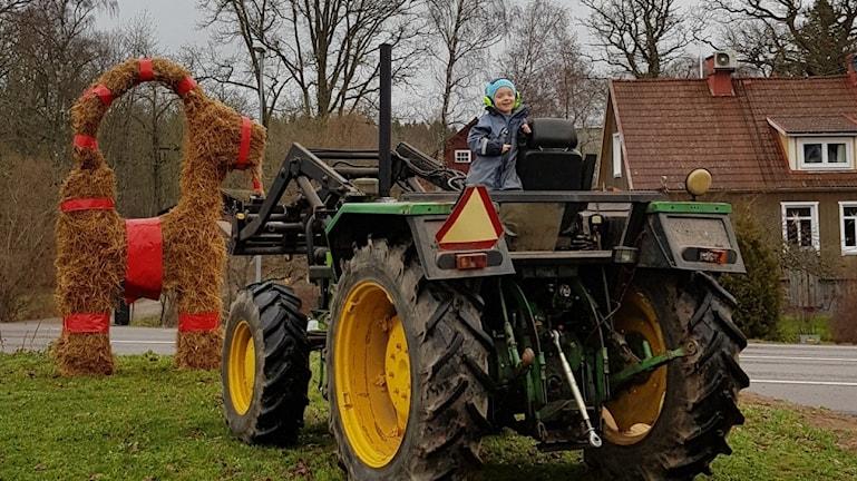 En traktor och en julbock i bakgrunden.