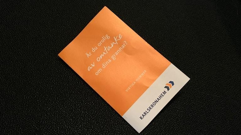 Liten och anonym - så beskriver Karlskronahem den folder med viktiga telefonnummer de skickat ut till sina hyresgäster.