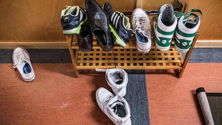 En skohylla med sneakers