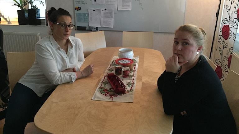 Jonna Brorsson och Ida la Fleur sitter vid ett bord och ser bekymrade ut.