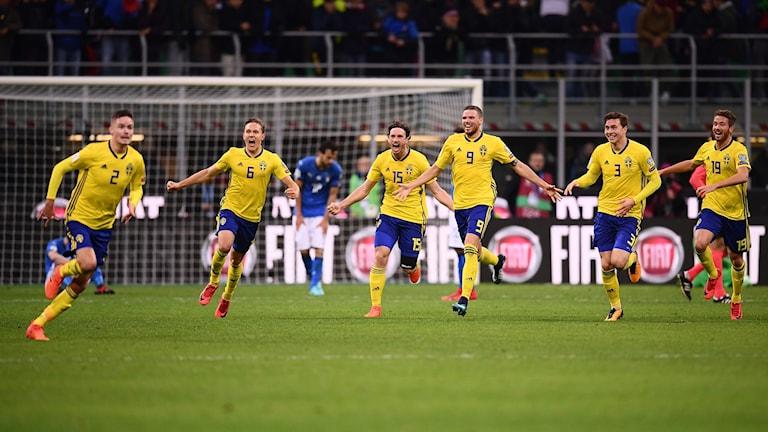 Sveriges herrlandslag firar avancemanget till VM-slutspelet i Ryssland.