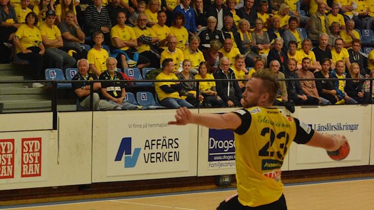 HIF Karlskronaspelare skjuter mot mål