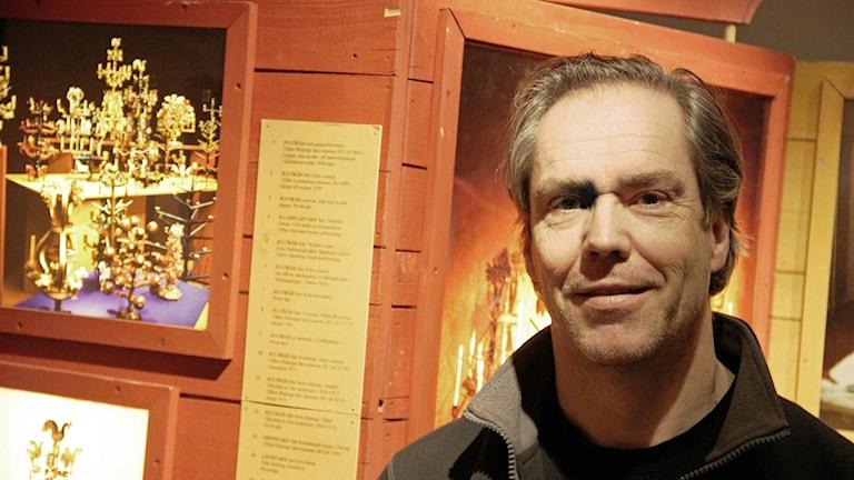 Ola Palmgren vid Blekinge Museum berättar om julträdet