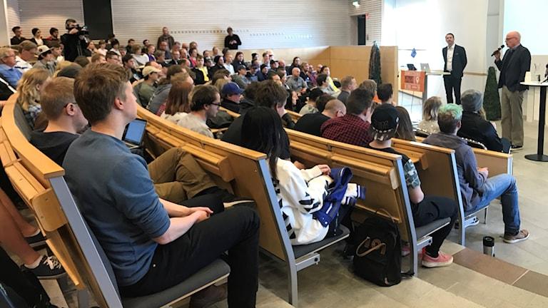 Många studenter i en aula.