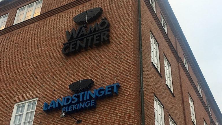 Bild på Wämö Centers byggnad och logotyp.