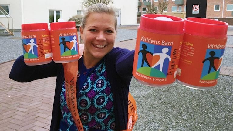 Rebecka Gyllin med insamlingsbössor till världens barn