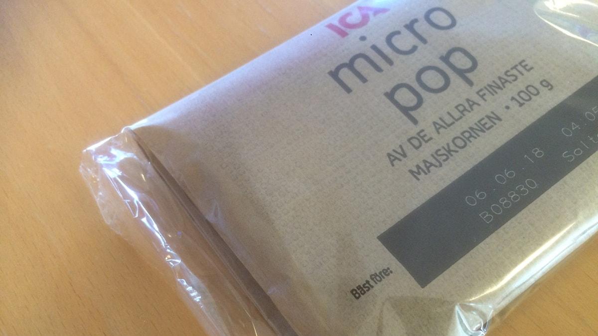 En oöppnad påse med Ica mikropopcorn.