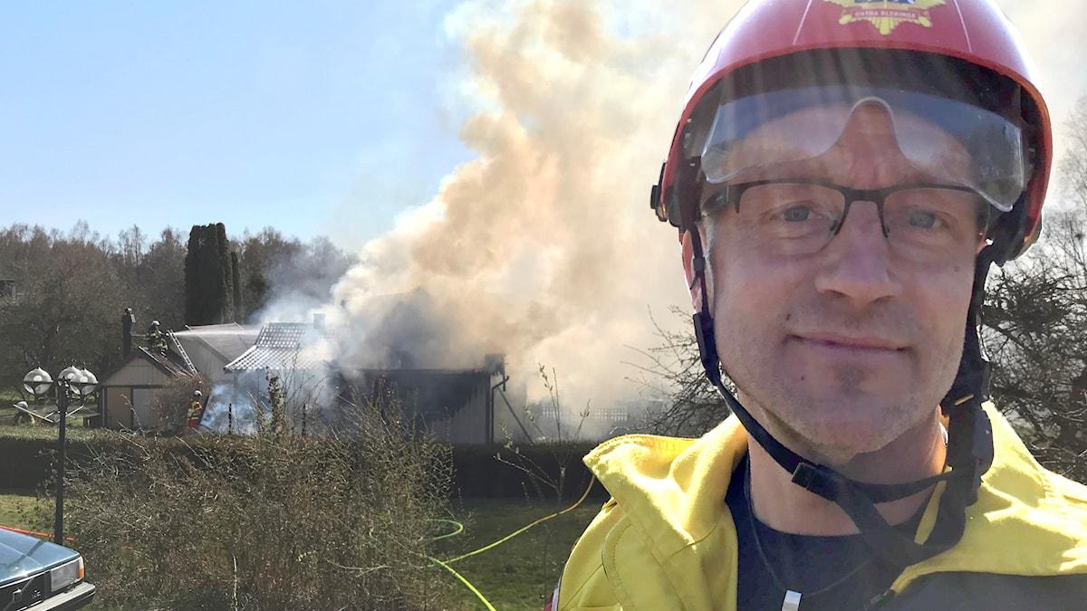 Enligt insatsledaren Stefan Eriksson låter man nu villan brinna ner under ordnade former.