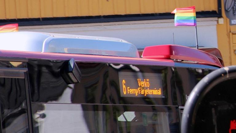 En av Blekingetrafikens bussar med prideflaggan i fronten.