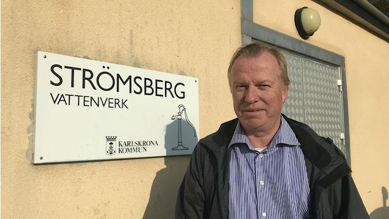 Rörnätschef Peter Håkansson framför vattenverket i Strömsberg.