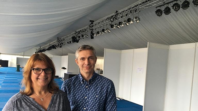 Marie Corneliusson från riksföreningen för mikrobiologi och Olof Blivik på infektionskliniken i ett stort vitt tält.