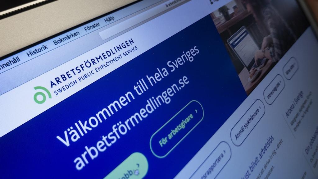 """Bild på datorskärm som besöker hemsidan """"arbetsformedlingen.se""""."""
