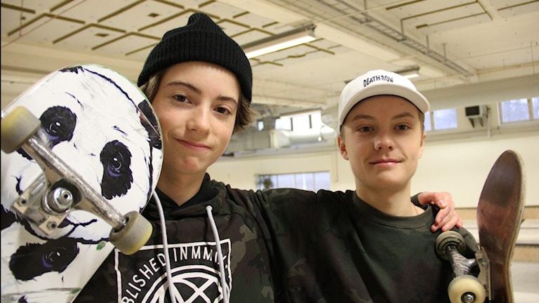Leo Clementi och Edvin Mars vid invigningen av skatehallen.