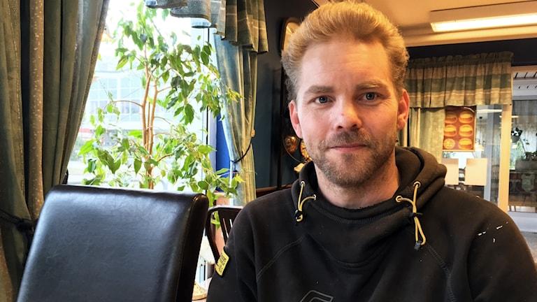 Ordningsvakten Jens Liljeström i svart huvtröja.