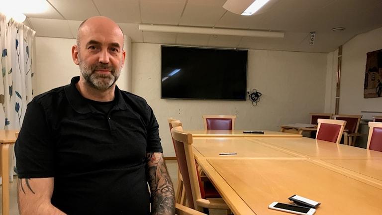 Anders Wiklander sitter i ett konferensrum på kommunhuset i Karlskrona