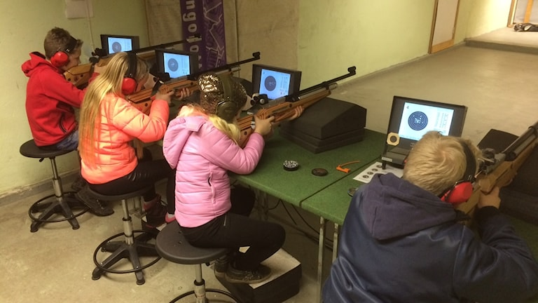 Barn skjuter.