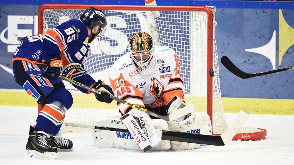 Växjös Liam Reddox gör 1-0 på Karlskronas målvakt Johan Holmqvist under onsdagens SHL-match mellan Växjö Lakers och Karlskrona HK på Vida Arena.