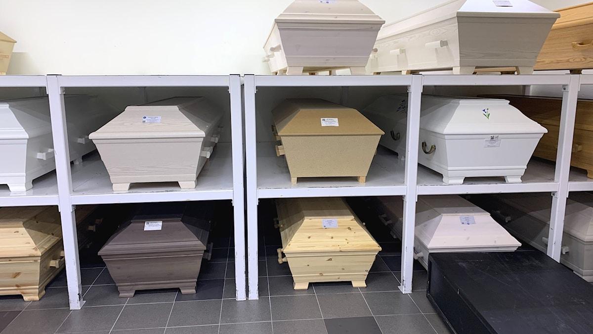Hyllor med kistor på ett krematorium i Falun.
