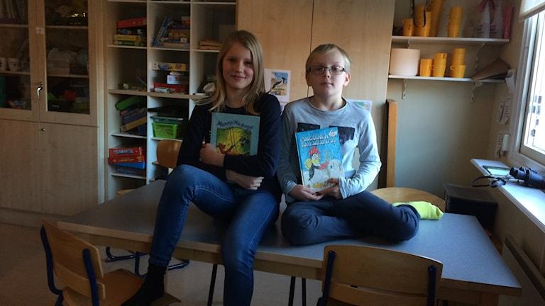 Vera Ljungcrantz och Elias Gruvberg läser högt