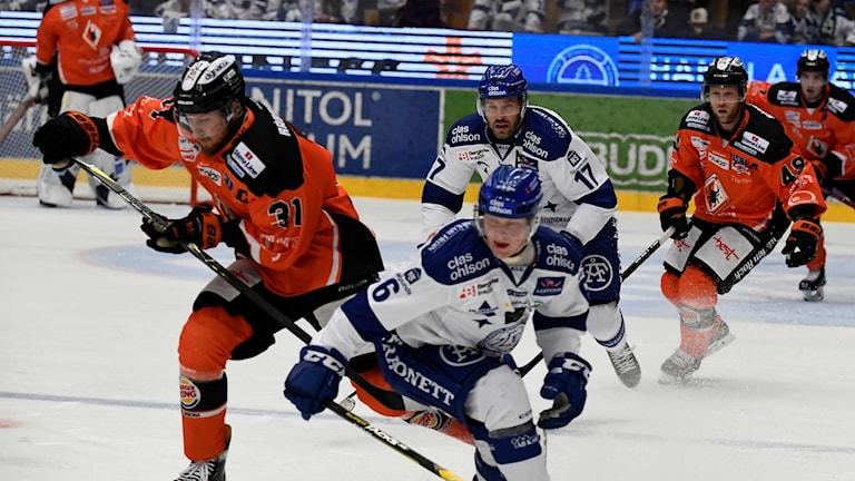 arlskronas Marcus Paulsson i kamp med Leksands Axel Bergkvist (6) under fredagens ishockeymatch i hockeyallsvenskan mellan Leksands IF och Karlskrona HK