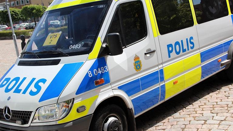 En polisbil av skåpbilsmodell