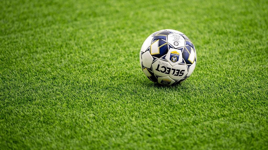 En fotboll på en grön gräsmatta. Foto: Per Danielsson/TT