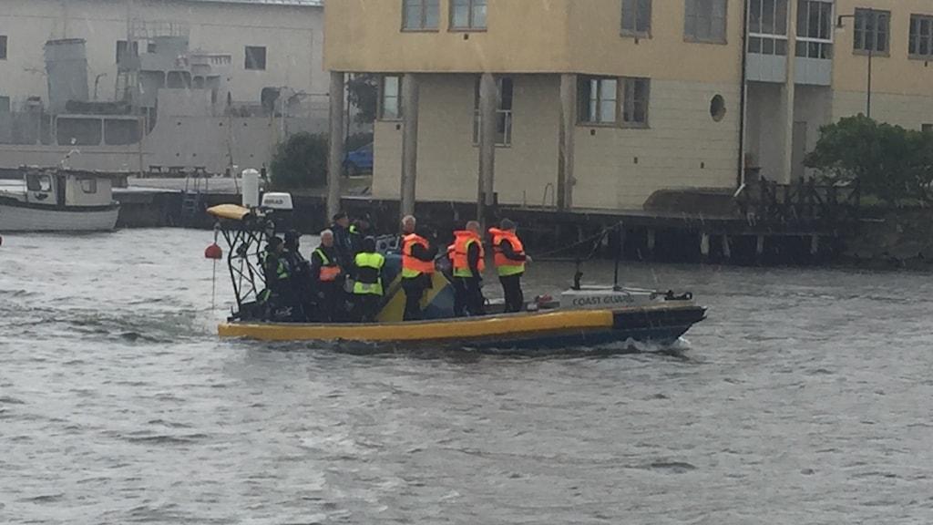 En liten motorbåt är på väg in i hamnen i Karlskrona.