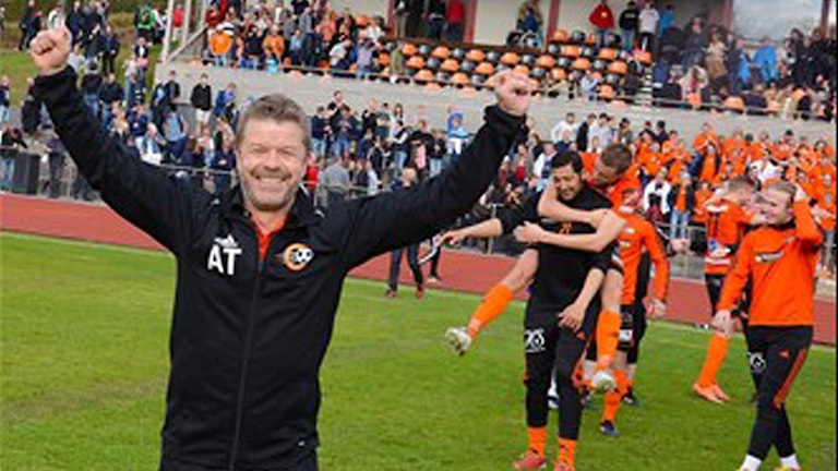 Anders Torstensson tränare i FK Karlskrona jublar efter vinsten. Foto Torbjörn Sunesson.