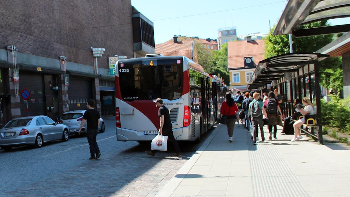 En av Blekingetrafikens bussar släpper på passagerare.