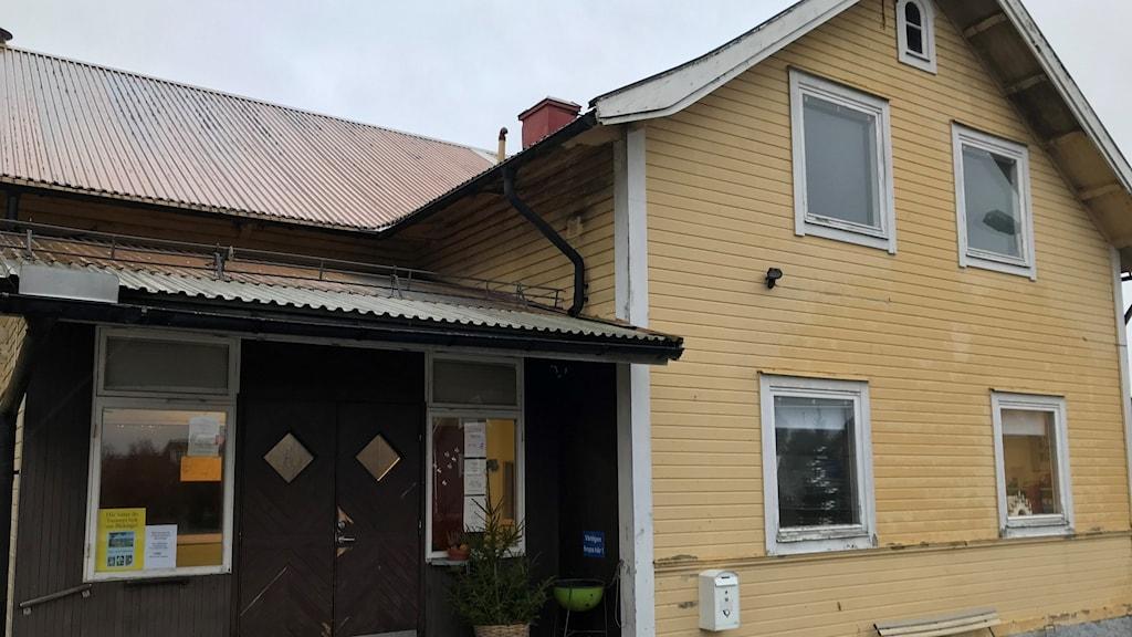 Fasaden till gula folkets hus i Kallinge.