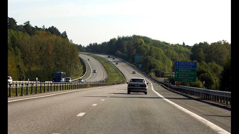 Bild på bil och motorväg.