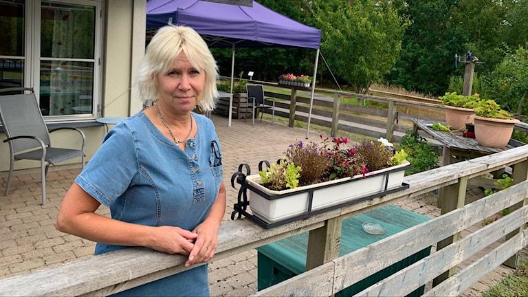Undersköterskan Eva Ottosson utanför  Skogsgläntans serviceboende