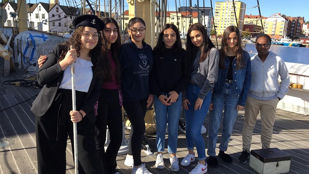 Elever från Sunnadalsskolan som förbereder årets teater ombord på fartyget Jarmas.