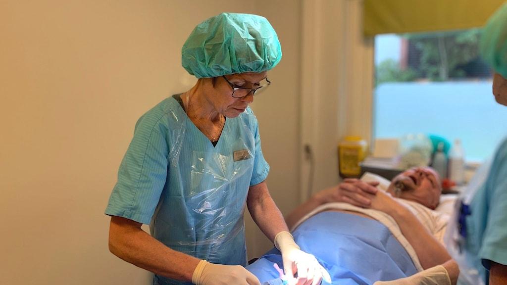 Karin opererar Sebastian.
