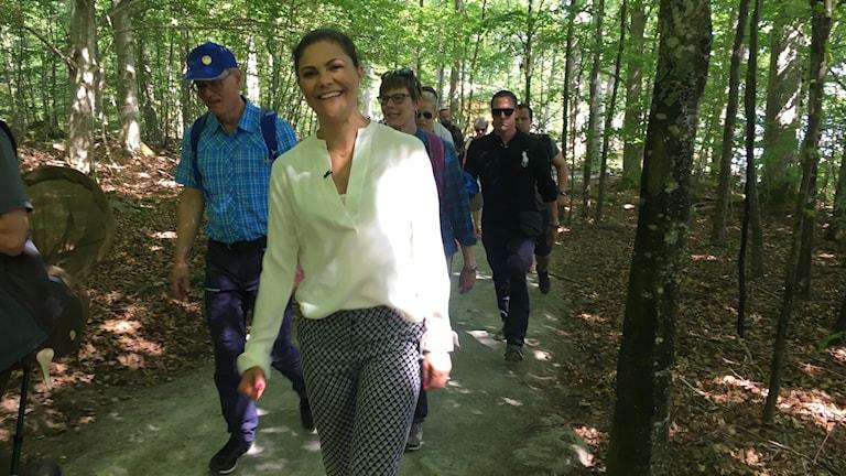 Kronprinssesan Victoria vandrar med följe genom Åsnens nationalpark.