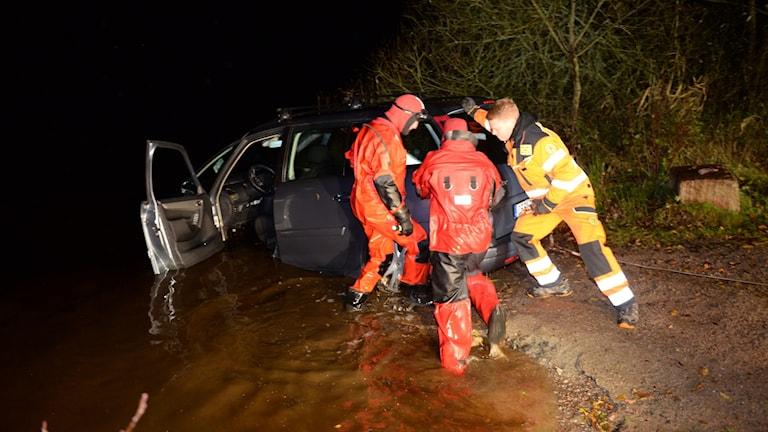 Räddningstjänsten drar upp en bil ur en sjö