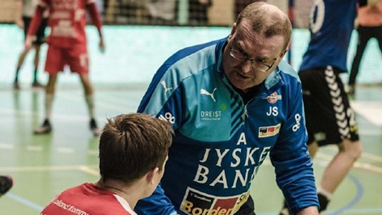Jesper Svensson ny tränare för AMO ute på handbollsplanen med spelarna.