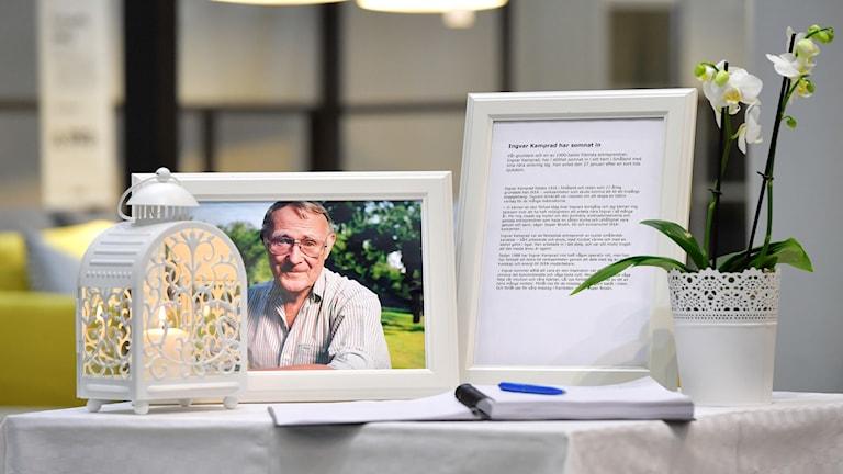 En kondoleansbok framlagd i entrén till Ikeas varuhus efter beskedet om Ingvar Kamprads död.