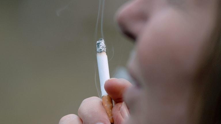 En kvinna som röker