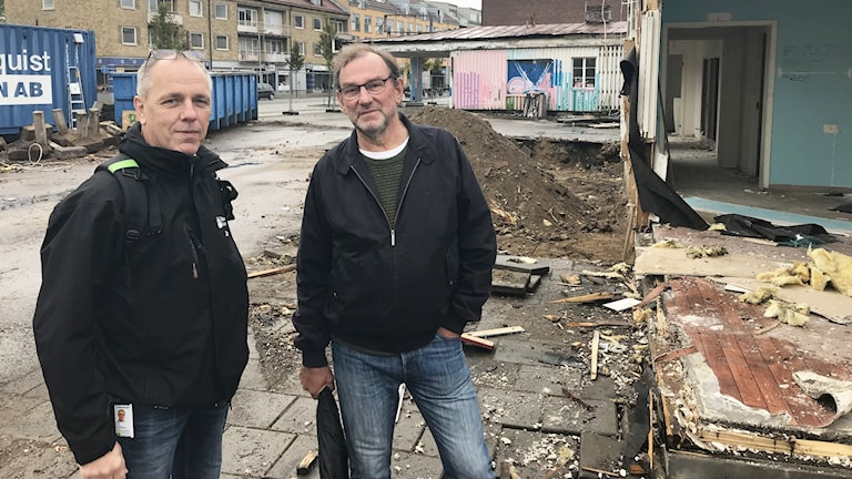 Zerny Bäck, fastighetsingenjör på Älmhults kommun står tillsammans med Älmhultsbon Ingmar Almqvist framför rivningen.