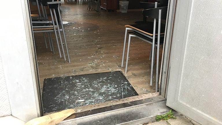 Ytterdörren är öppen och hela vägen in i lokalen ligger fullt på glassplitter på golvet.