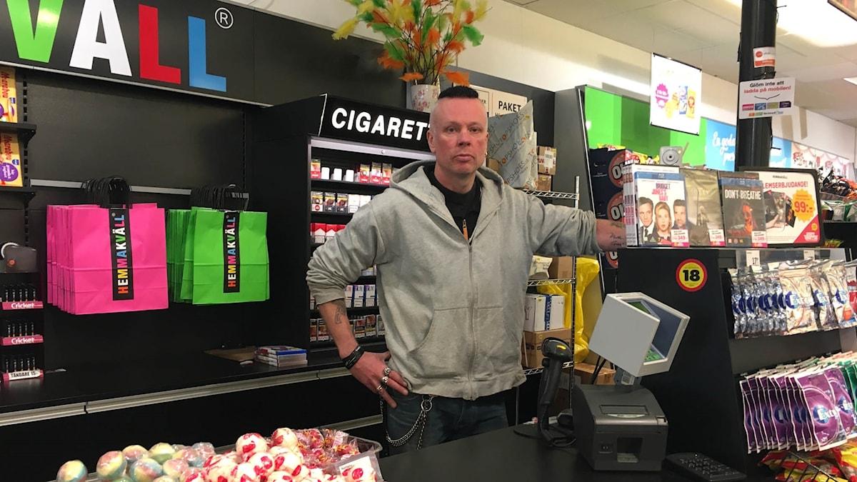 Jonas Sjöqvist butikschef på Hemmakväll.